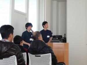 スポーツリハビリ担当理学療法士の石吾(左)と丸山(右)がデモンストレーションをしながらケガの原因について説明しました